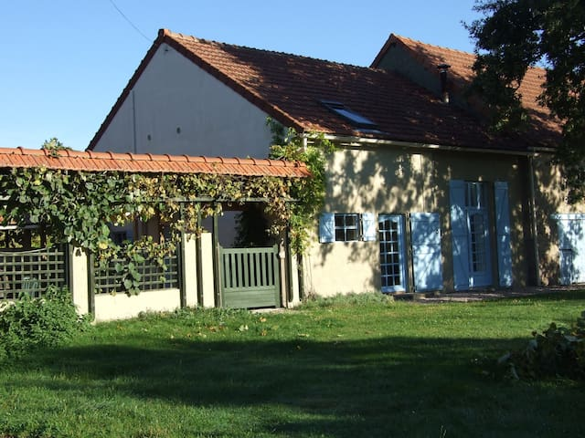 Spacious, rural dual-level gite with heated pool - Commentry - 獨棟