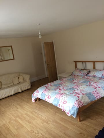 King size bed in large detached countryside home - Caernarfon - Ev