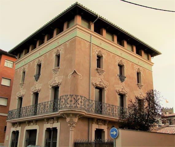 Piso nuevo de 3 habitaciones en finca modernista - Ripoll