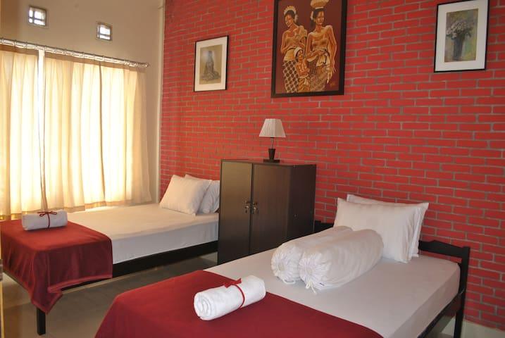4 double bedrooms. 2 bathrooms. - Baleendah - Villa