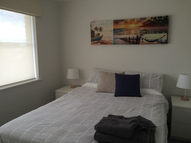Large Bedroom , private bathroom, large pool - Duncraig