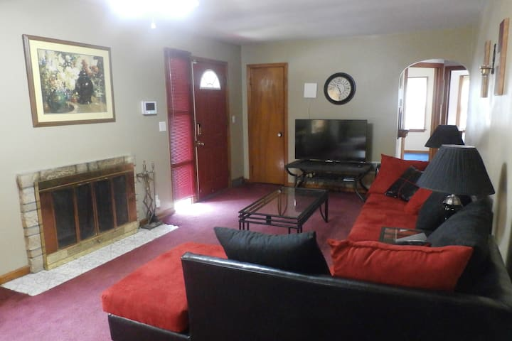Charming 4 Bed/2.5 Bath Nearby Omaha Attractions - Bellevue - Hus