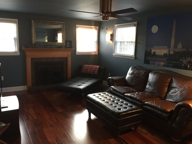 Private Bedroom, Bath & Living Room Near UMD/DC - Berwyn Heights - Ev