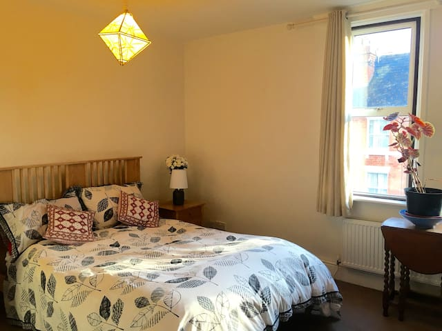 Spacious DBL room by city centre private bathroom - Hereford