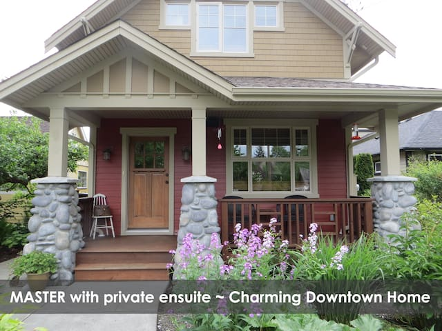 Master Bdr ~ Charming Downtown Home - Courtenay - Rumah