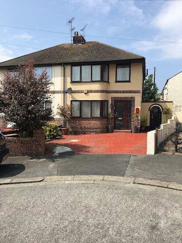 Great house close to everything - Rhyl - Huis