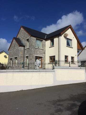 Large bedroom in modern, spacious house - Newry and Mourne - Casa