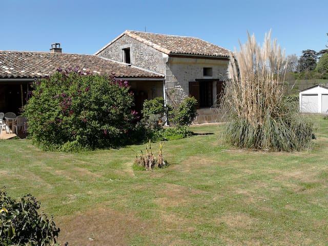 maison ancienne calme avec grand terrain & piscine - Croignon