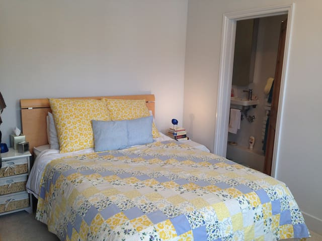 Restful room in garden of England - Southborough - Casa