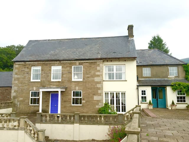 Ensuite B&B with a view of The Blorenge - Abergavenny  - Rumah
