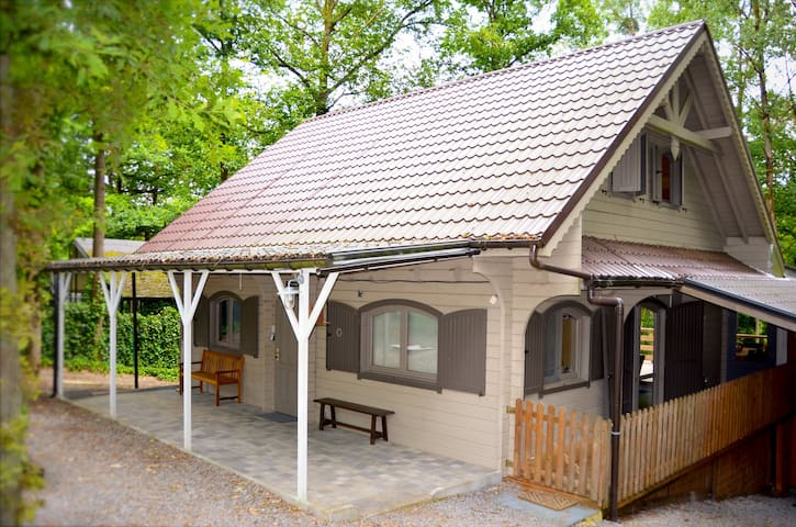 Family chalet near Durbuy (4 adults, 6 kids) - Durbuy - Hytte (i sveitsisk stil)
