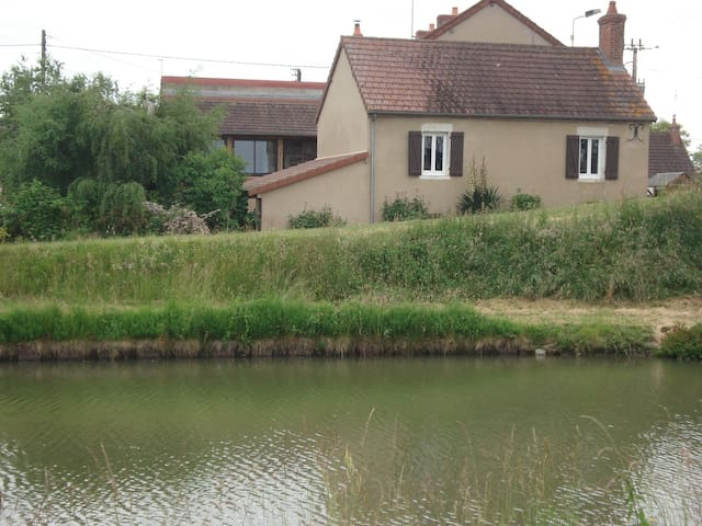 Maison au bord du canal - Lamenay-sur-Loire - Dům