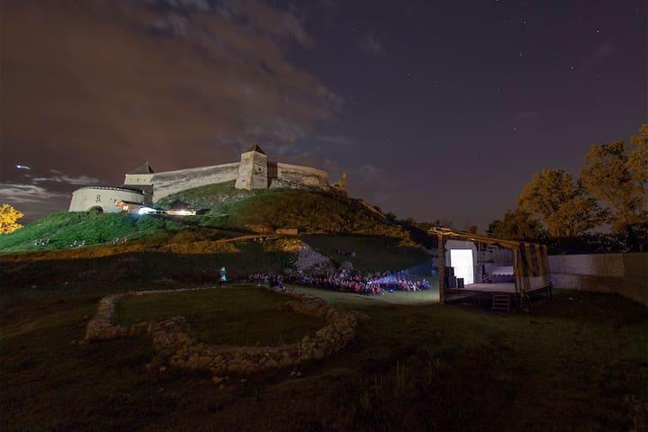 Spend an historical night at the Râșnov Fortress - Râșnov - Şato