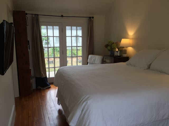 Bright, private getaway on Main St. - Groton