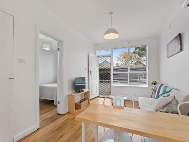 Modern One Bedroom Unit - Kingsville - Appartement