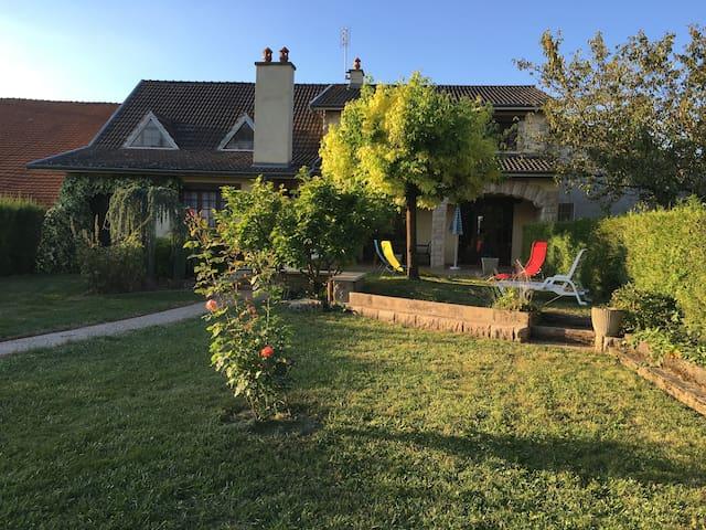 Grande maison à la campagne 12 personnes + bébé - Pouillenay - Huvila