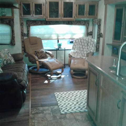 Private 5th Wheel RV country setting, dog friendly - Burleson - Husbil/husvagn