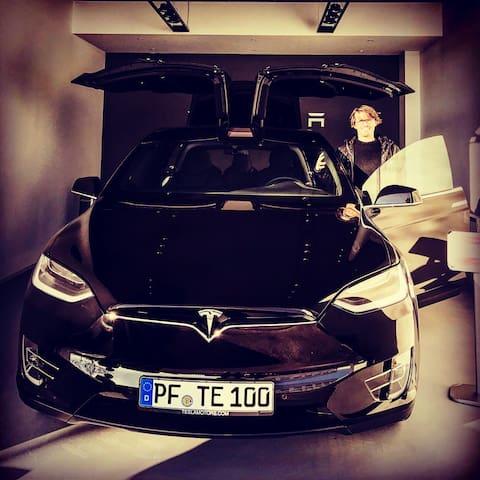Model X von Tesla wartet auf Dich. - 普福爾茨海姆(Pforzheim)