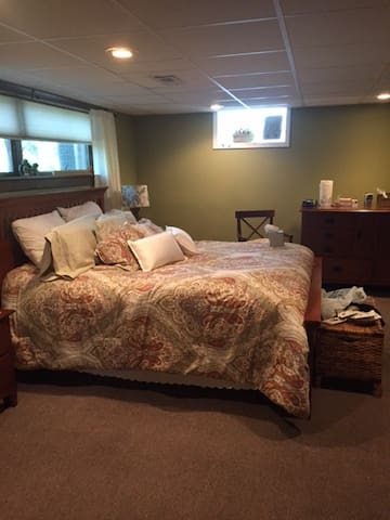 Cozy XL Studio Suite in Downers Grove - Downers Grove