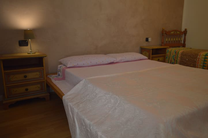Room with balcony in little country house. - Lonato del Garda - Huis