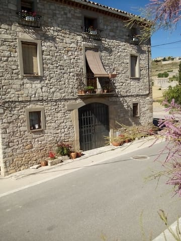 Renovated guesthouse on Ancient Track 110km fr BCN - Forès