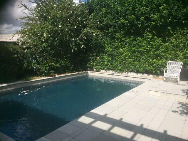 Double room/pool/near city/airport - Hendra