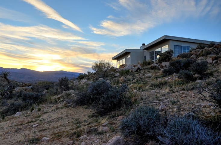 Los Vientos Hideaway - A Hiker's Paradise - Pioneertown - Haus