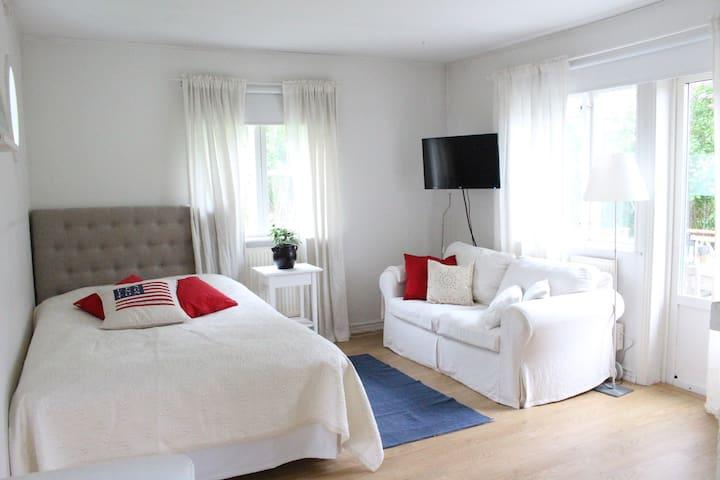 Cottage with bathroom & kitchen in quiet location - Lidingö - Chalet