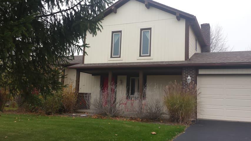 East Side Home in Safe Neighborhood - Fairport - Huis