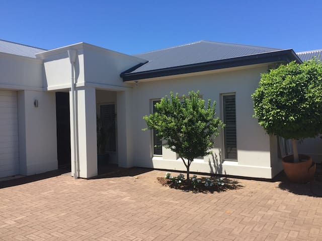Modern, sparkling courtyard home - Broadview - Casa