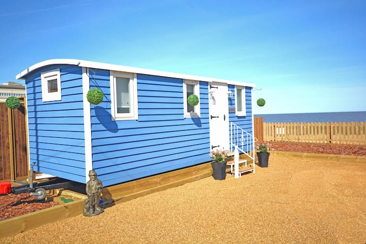 The Little Blue Shepherd Hut by the Sea - Bacton - Sommerhus/hytte