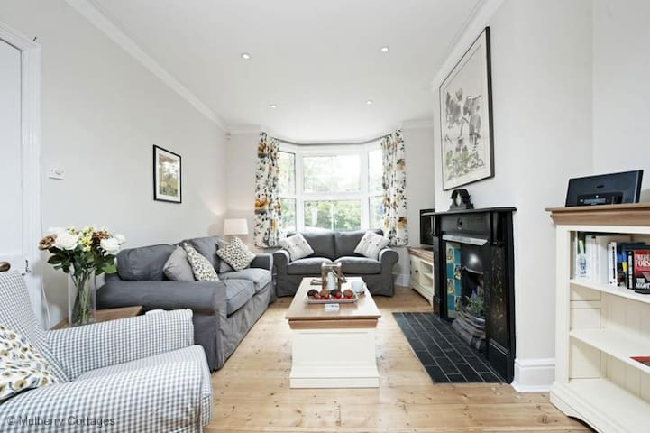Station Cottage Sleeps 6, an immaculate cottage in the beautiful Georgian Market Town of New Alresford - Alresford - Huis