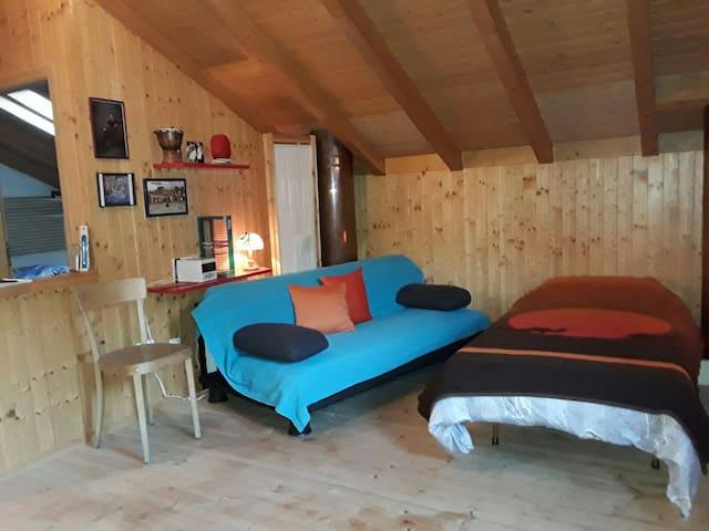 Camera in mansarda, da condividere - Malvaglia - Rumah