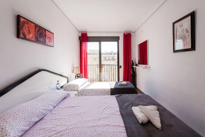 Habitación amplia con balcón! - La Pobla de Farnals - Leilighet