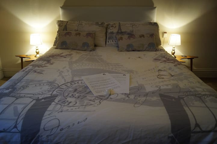 Large bright warm double room; 10 mins from city - Sheffield - Rumah