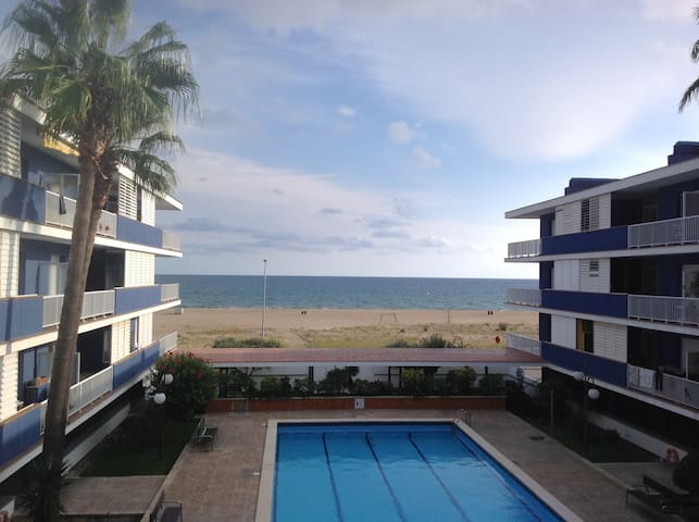 BEAUTIFUL SEAFRONT FLAT W PARKING - Sitges
