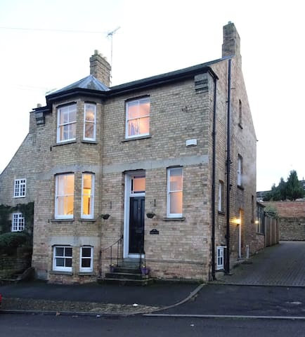 Spacious double room in Victorian Town House - Stamford - Huis