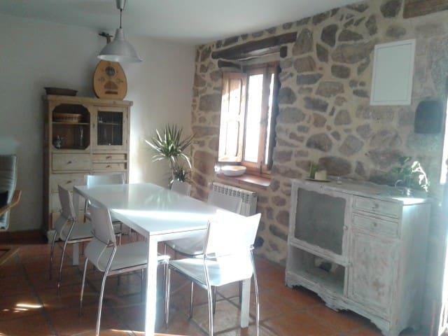 Antigua casa de piedra rehabilitada, gran jardín - Peguerinos - Chalé