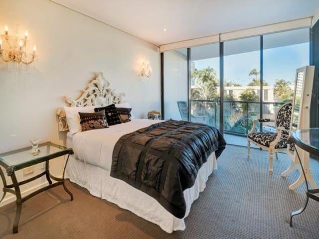 Private suite / queen bed / own bathroom / tv/wifi - Surfers Paradise - Apartemen