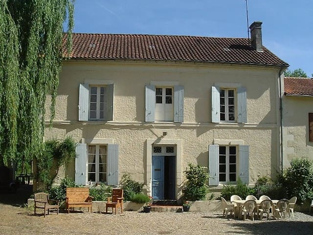 Spacious Family Home in Market Town - Chalais - Casa