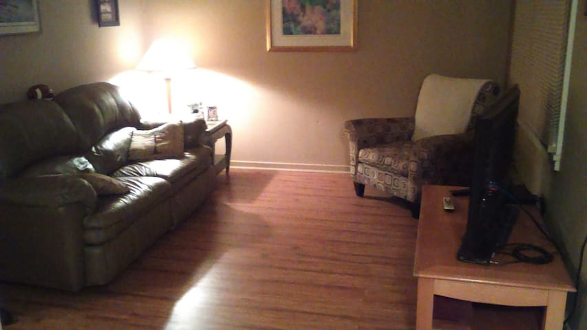Private room 5 minutes from Buffalo airport - Cheektowaga - Huis