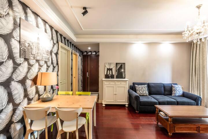【鸟语花香】2卧室(带庭院)高级公寓----地铁口(11号线直达迪士尼、徐家汇) - Xangai - Apartamento
