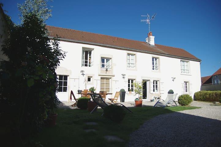 Jolie maison ancienne à 10 min de Dijon. - Saint-Julien - Rumah