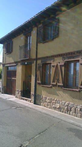 CHALET IMPRESIONANTE - Ribaseca - Haus