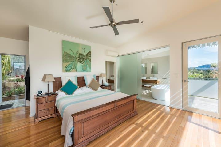 ROMANTIC & PEACEFUL TREETOPS LODGE - Woodhill - Villa