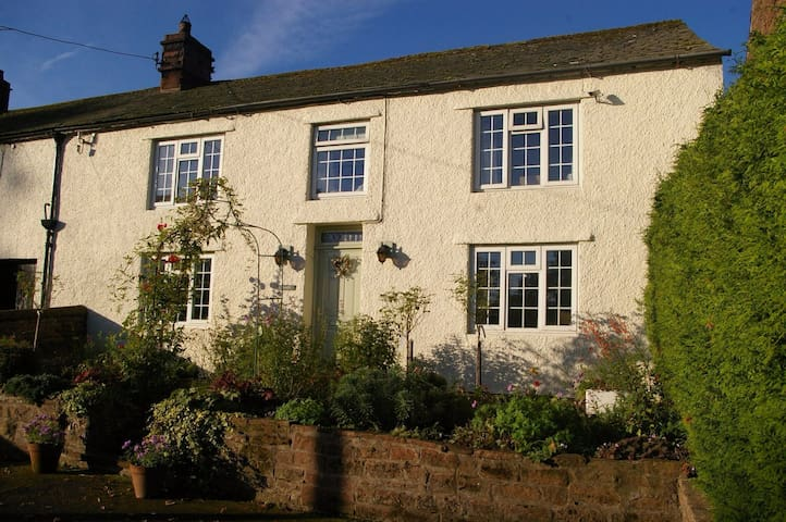 Pretty cottage on village green with lovely views - Temple Sowerby - Huis