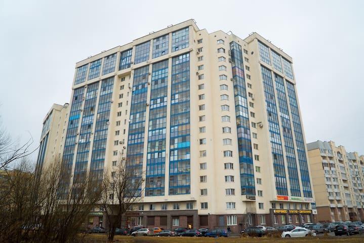 Уютная квартира в новом доме - Sankt-Peterburg - Apartamento
