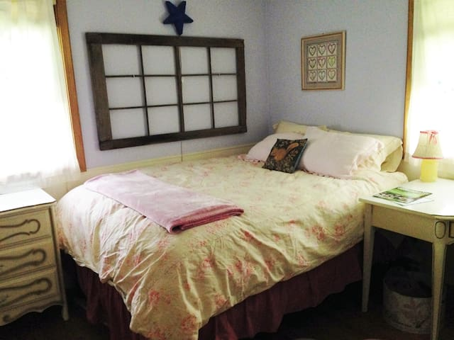 Lovely Lilac Room ~ 20 minutes from everywhere! - Burnsville - Hus