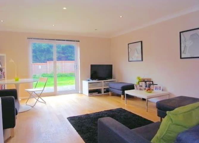 Whole 3 Bed Det in Guildford,quiet and comfortable - Guildford - Dom