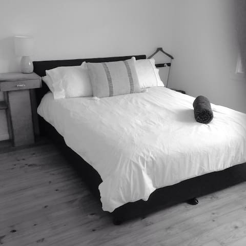 Double Bed, luxury sheets, B/fast items, - Lovely Banks - Huis